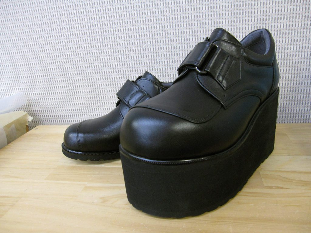 靴の種類 補高靴; 症状 股関節症の方の足にやさしい靴・; 制作期間 4週間; 制作費用 135,000円